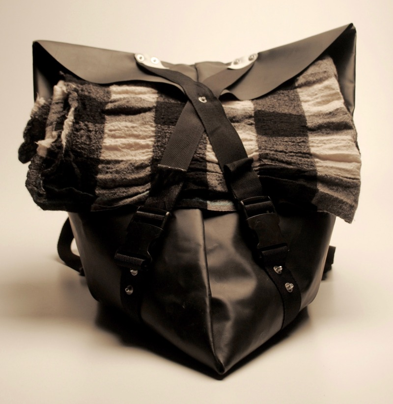bag2work-backpack-bag-recycled-boats-life-vests-fashion-design-for-refugees-kickstarter_dezeen_2364_col_3